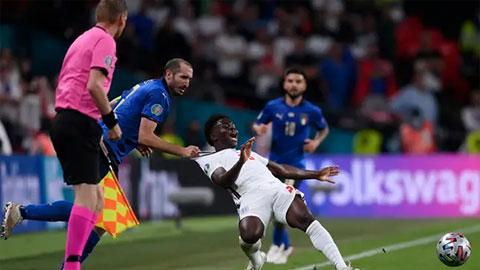 HLV Mourinho ca ngợi màn kéo áo Saka của Chiellini