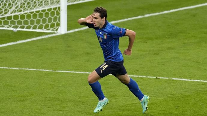 2. Federico Chiesa (ĐT Italia/Juventus) - 70 triệu euro : Chiesa có màn trình diễn không thể ấn tượng hơn ở EURO 2020. Giá trị của con trai huyền thoại Enrico Chiesa tăng thêm 10 triệu euro. Bây giờ, Juventus đang cố gắng kích hoạt điều khoản mua đứt Chiesa dù điều khoản cho mượn từ Fiorentina vẫn còn 1 năm