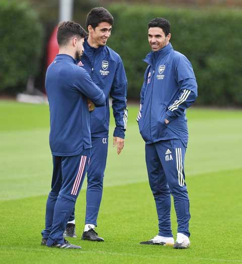 Ở tuổi 25, Carlos Cuesta thông thạo 6 thứ tiếng và đang là trợ lý cho HLV Arteta tại Arsenal