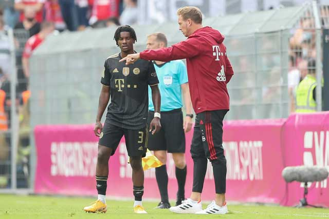 HLV Julian Nagelsmann (phải) chỉ đạo học trò trong trận ra mắt Bayern Munich