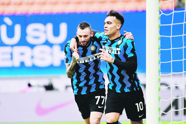 Các trụ cột như Brozovic (trái), Lautaro Martinez hoàn toàn có thể rời Inter