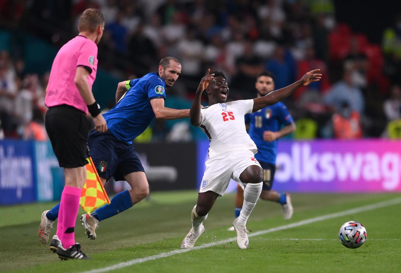 Chiellini (áo xanh) khó có cửa cạnh tranh Quả bóng Vàng dù cùng ĐT Italia vô địch EURO