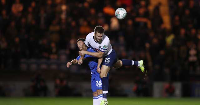 HLV Santo sẽ có trận thắng đầu tay với Tottenham (phải) trên sân của đối thủ yếu Colchester