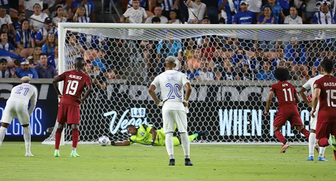 Afif đá hỏng quả 11m ở cuối hiệp 1 nhưng Qatar vẫn giành vé vào tứ kết Gold Cup 2021