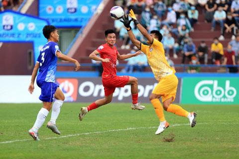 Khánh Hòa (phải) đang tạm dẫn đầu giải hạng Nhất 2021 Ảnh: ĐỨC CƯỜNG
