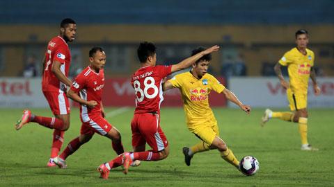 Hồng Duy (bìa phải) nỗ lực đi bóng trước các cầu thủ Viettel ở V.League 2021 Ảnh: Minh Tuấn