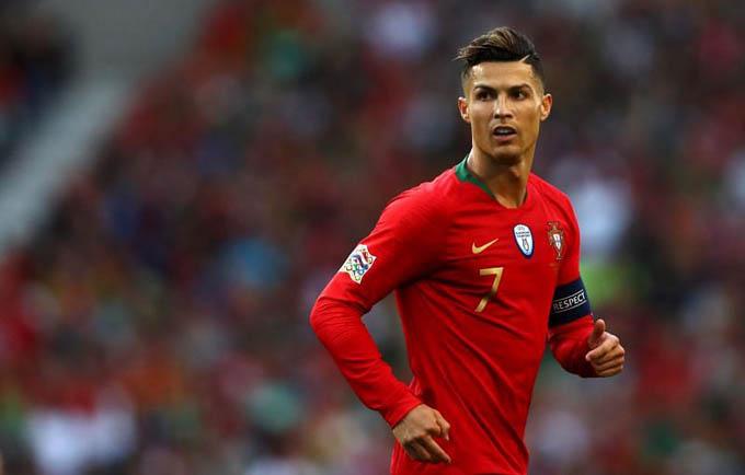 """2. Ronaldo (Man United, Real Madrid, Juventus):Ronaldo ghi nhiều bàn nhất mọi thời đại cho CLB Real Madrid và ĐT Bồ Đào Nha. Anh cũng ghi nhiều bàn hơn bất kỳ cầu thủ nào khác trong lịch sử Champions League. Tại EURO 2020, Ronaldo có 5 bàn và giành giải """"Vua phá lưới"""". Anh cũng cân bằng kỷ lục cầu ghi nhiều bàn nhất cấp độ ĐTQG của Ali Daei với 109 pha lập công. Theo IFFHS, Ronaldo đứng đầu danh sách ghi bàn nhiều nhất lịch sử bóng đá thế giới với 783 bàn, tiếp đến là Pele (765), Romario (753) và Messi (748)"""