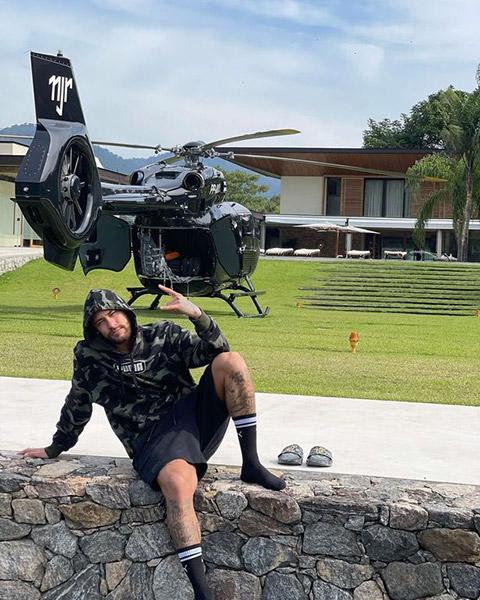 Neymar tạo dáng bên chiếc trực thăng trị giá hơn 300 triệu bảng