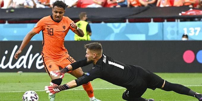 Pha bỏ lỡ cực kỳ đáng tiếc của Malen ở EURO 2020