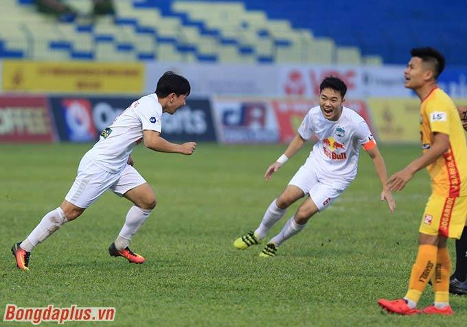 Minh Vương thi đấu ấn tượng dưới bàn tay của Kiatisak - Ảnh: Đức Cường
