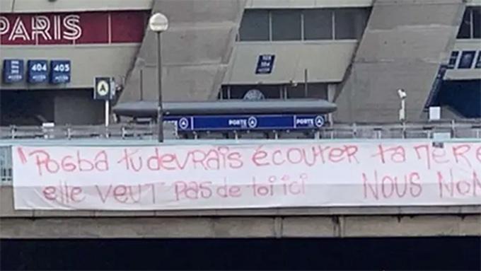 Fan PSG giăng biểu ngữ phản đối Pogba gia nhập CLB