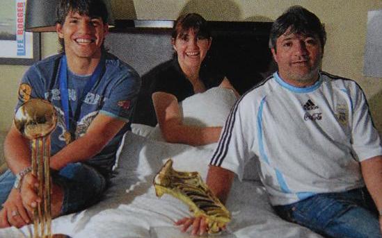 Cũng giống như người anh em Messi, thành công của Aguero có dấu ấn rất lớn của phụ mẫu