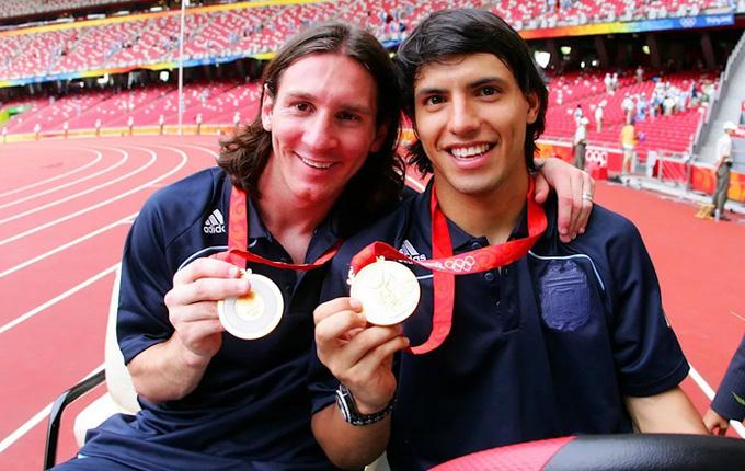 Messi cùng cậu bạn thân Aguero ăn mừng huy chương vàng Olympic 2008