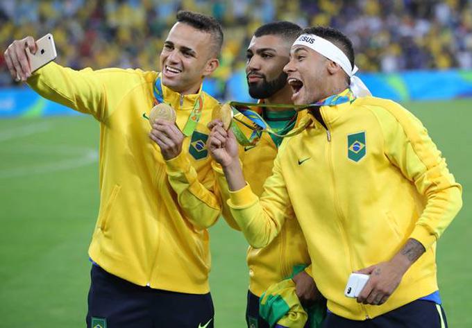 Neymar cùng các đồng đội ăn mừng Huy chương vàng Olympic Rio 2016