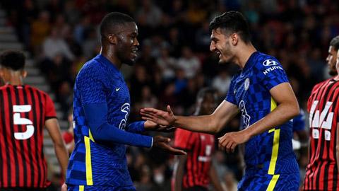 Malang Sarr (trái) là một trong 3 trung vệ của Chelsea ở trận thắng Bournemouth