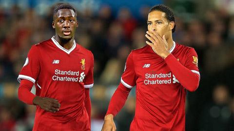 Sự xuất hiện của trung vệ Van Dijk (phải) sau thời gian dài chấn thương sẽ giúp Liverpool thi đấu hưng phấn