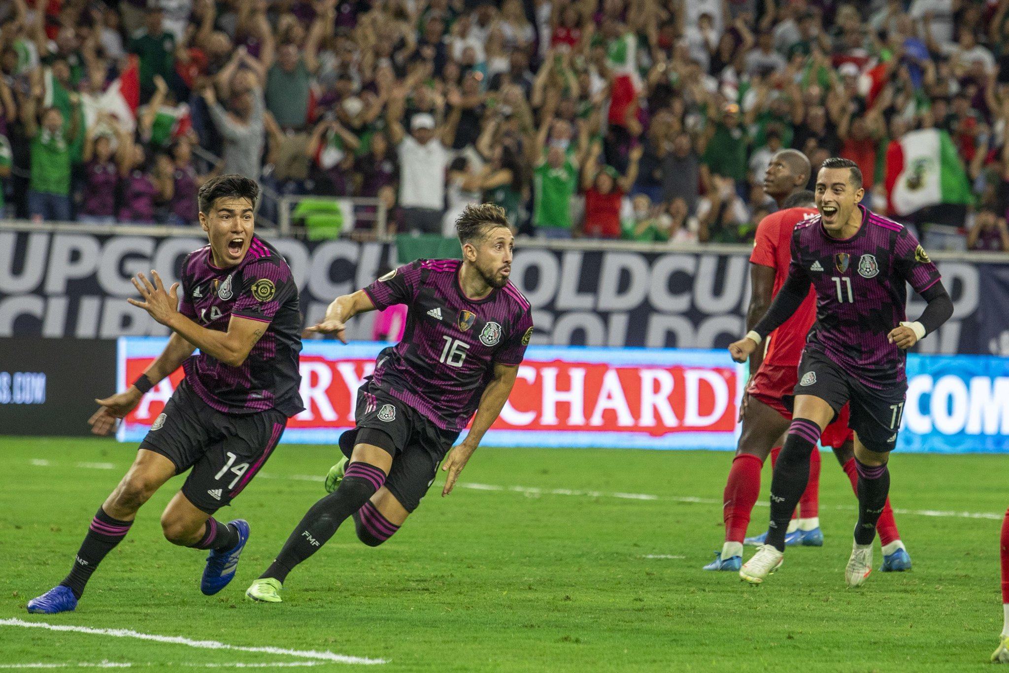 Niềm vui của cầu thủ Mexico sau khi Herrera (giữa) ghi bàn giúp đội nhà vào chung kết Gold Cup 2021