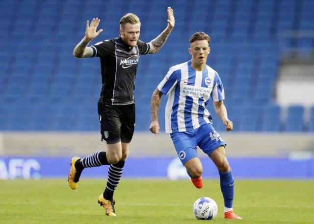 Ben White (phải) nỗ lực đi bóng tại Premier League