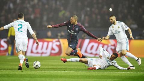 Real Madrid sẵn sàng trả Mbappe (áo sẫm) mức lương 25 triệu euro/năm và thưởng thêm 40 triệu euro tiền lót tay