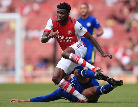 Pha bóng dẫn đến chấn thương của tiền vệ Arsenal