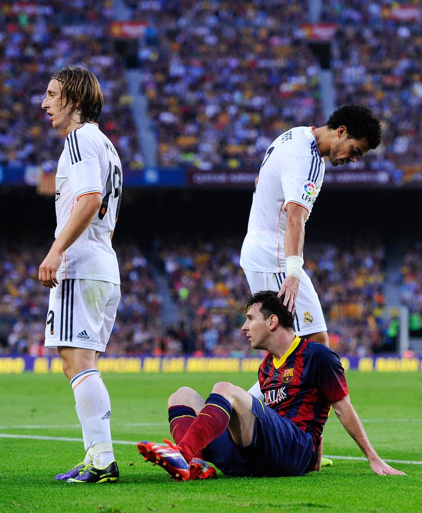Pepe 'chẳng may' giẫm vào tay của Messi