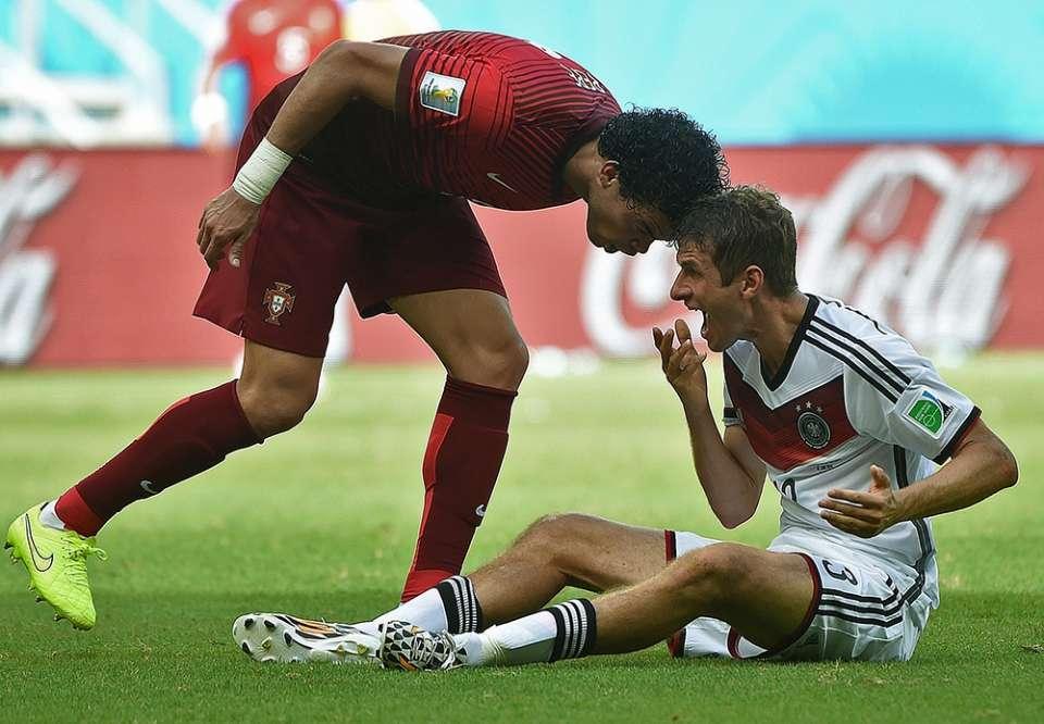 Pepe tấn công Mueller ở World Cup 2014