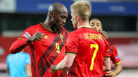 Lukaku (trái) sẽ trở lại Premier League để giúp Chelsea lật đổ Man City của De Bruyne