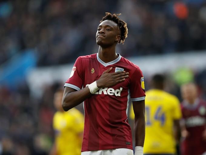 Abraham trong màu áo Aston Villa