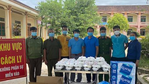 Thủ môn Nguyên Mạnh nấu ăn cho những người bị cách ly ở Nghệ An