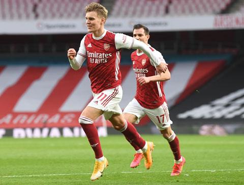Odegaard ăn mừng trong màu áo Arsenal