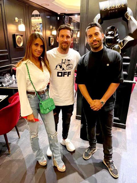 Messi check-in ở nhà hàng Cesar. Trang Facebook của nhà hàng cũng đã đăng tải bức ảnh Messi cùng vợ tới dùng bữa
