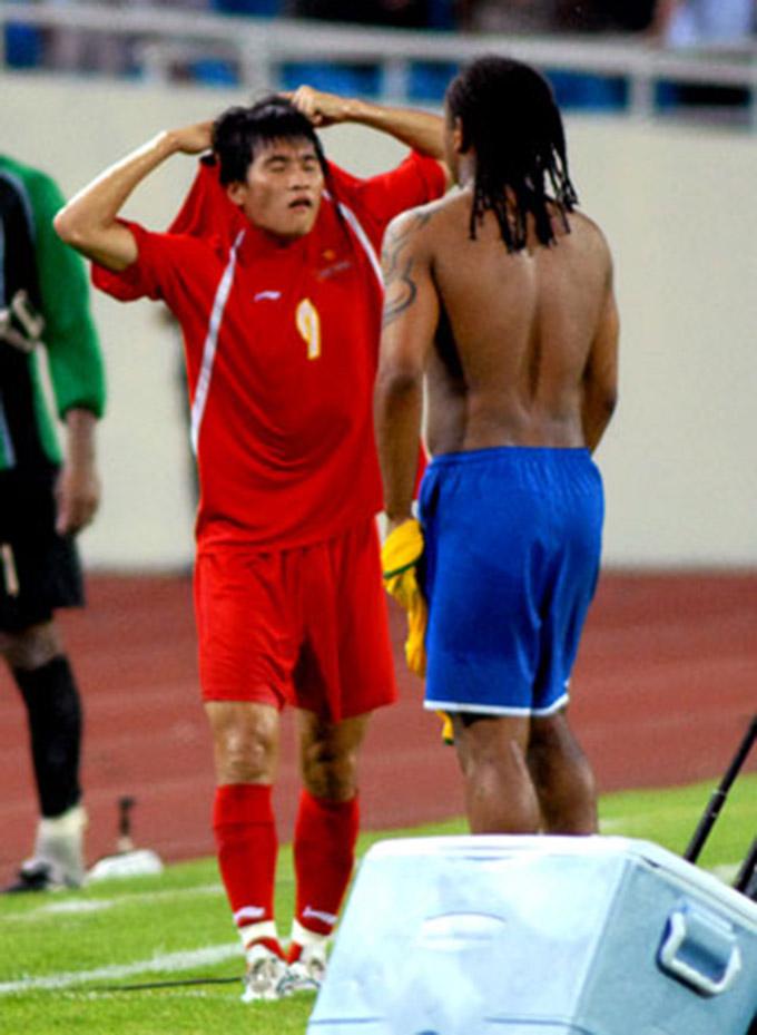 Công Vinh đổi áo cho Anderson trong trận đấu giữa ĐT Việt Nam và Olympic Brazil năm 2008