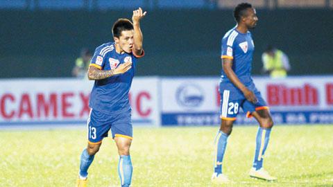 Cựu tuyển thủ Nguyễn Quang Hải chia sẻ với các đồng đội Than Quảng Ninh