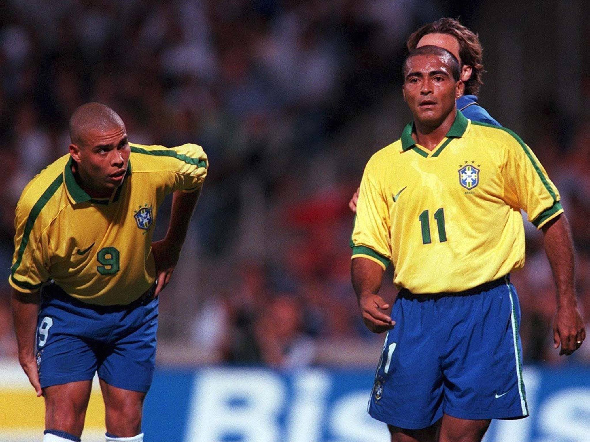 Ronaldo (trái) và Romario trong màu áo ĐT Brazil
