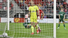 Joe Hart mắc sai lầm khiến Celtic suýt mất suất Europa League