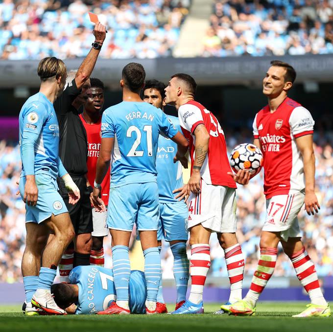 Xhaka phải nhận thẻ đỏ ở trận Man City vs Arsenal