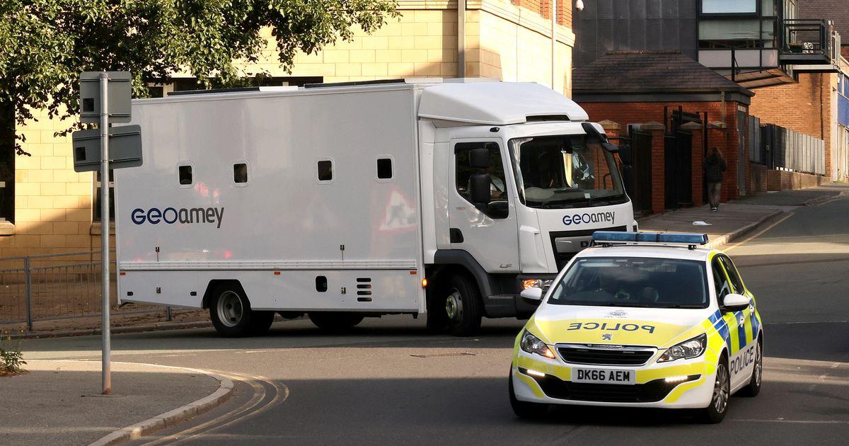 Chiếc xe chở tù nhân đưa Benjamin Mendy tới tòa án để xét xử hôm 27/8