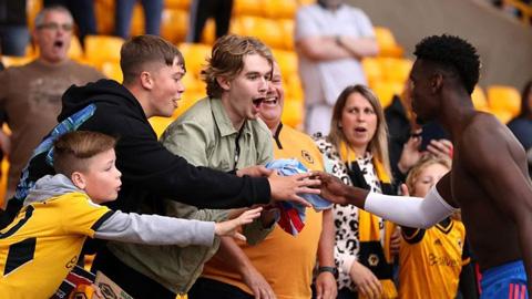 Bị CĐV Wolves la ó, Pogba đáp lại bằng hành động đáng nể