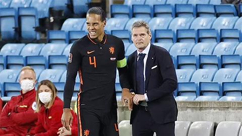 Van Dijk bẻ lại khớp ngón tay ngay trên sân