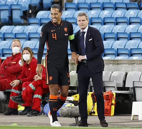 Van Dijk cần bẻ lại khớp ngón tay ngay trên sân