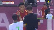 Cầu thủ Saudi Arabia giơ ngón tay thối khi Văn Thanh bị  phạt thẻ vàng