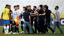 Nhà chức trách vào sân trục xuất 4 cầu thủ Argentina khiến trận Brazil vs Argentina bị hoãn