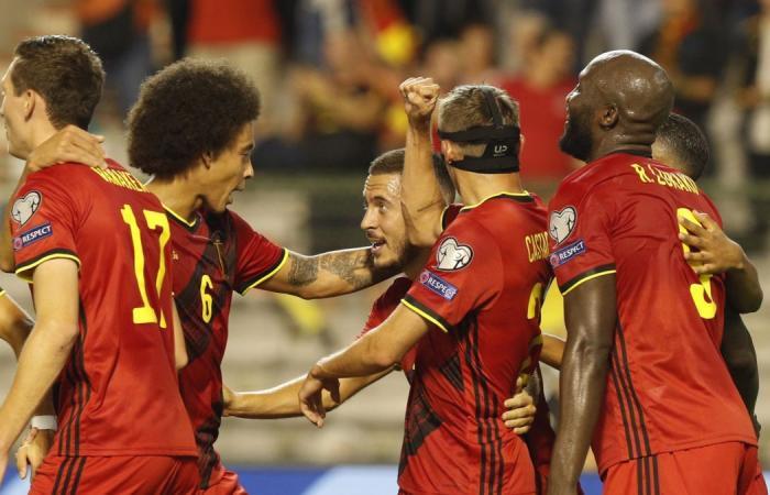 Đồng đội chúc mừng Hazard (số 10) ghi bàn vào lưới CH Czech