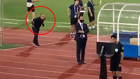 """Thầy Park """"xem trộm VAR"""" cực kỳ đáng yêu ở trận Việt Nam vs Australia"""