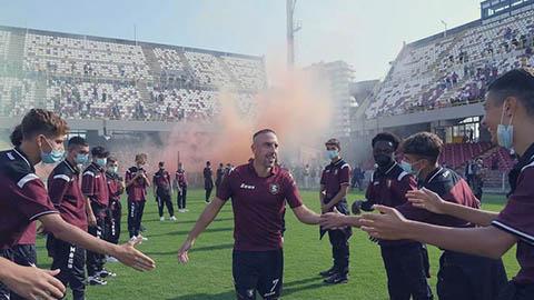 Ribery được CĐV Salernitana chào đón như một vị Vua