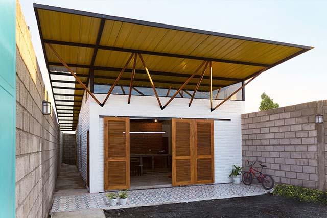 Căn nhà này sử dụng tôn cách nhiệt kết hợp với tấm lợp lấy sáng để lấy ánh sáng tự nhiên. Điểm nhấn chính là thiết kế mái nhà độc đáo