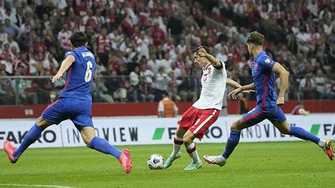 Fan MU phấn khích khi Maguire 'bắt chết' Lewandowski