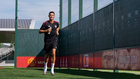 Ronaldo tăng tốc chóng mặt trên sân tập, sẵn sàng trận ra mắt MU