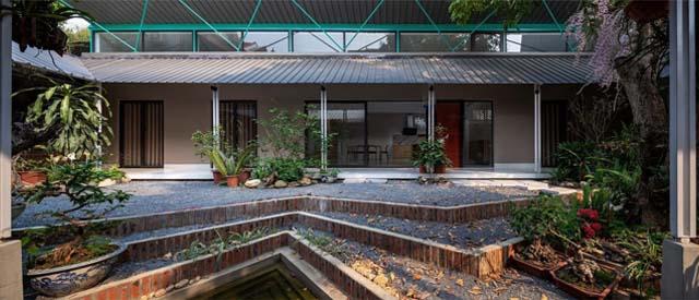 Nhằm lưu giữ lại những gì còn sót lại về ngôi nhà cũ trên mảnh đất của tổ tiên, một gia đình ở Sơn La đã nhờ đến các kiến trúc sư của NNA+ để tạo ra ngôi nhà cấp 4 mái tôn cánh bướm đặc biệt.