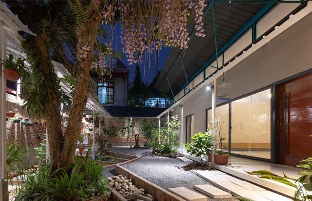 Công trình được lấy cảm hứng từ ngôi nhà cấp 4 có 3 gian truyền thống của Việt Nam với mái hiên trước.